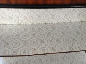 アンティーク家具グラスキャビネットの修理。クロス張替(背の布地交換)4
