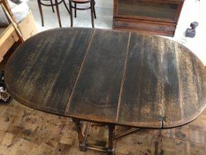 イギリスアンティーク家具ゲートレッグテーブルの修理。天板再塗装(塗り替え、塗り直し)1
