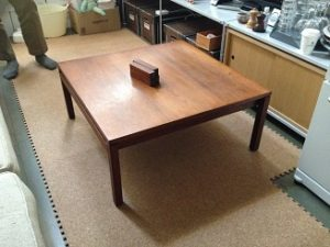 「木製テーブルやチェアの出張してその場で脚カットサービス」はお客様より大変ご好評いただいております!!