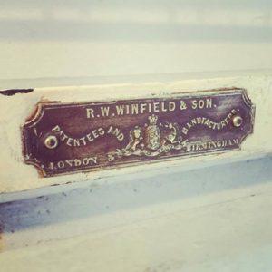 新入荷したイギリスの老舗 R.W. WINFIELD & SONのベッドフレーム についているbrassのプレート。 プレート一つにもセンスが光るアンティークってやっぱりカッコいい !